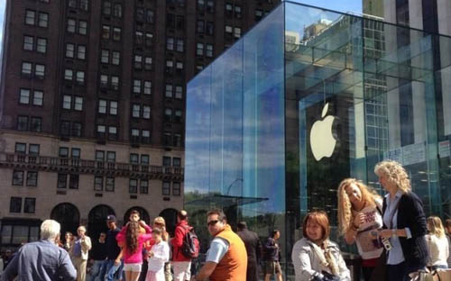 У Apple Store уже выстраиваются очереди за новыми iPhone