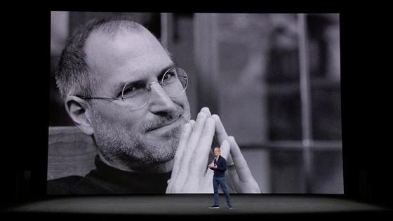 Презентація у Театрі Стіва Джобса розпочалася з вшанування досягнень самого Стіва
