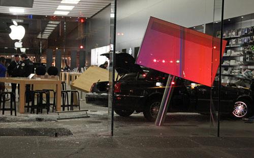 Водитель протаранил Apple Store в Чикаго