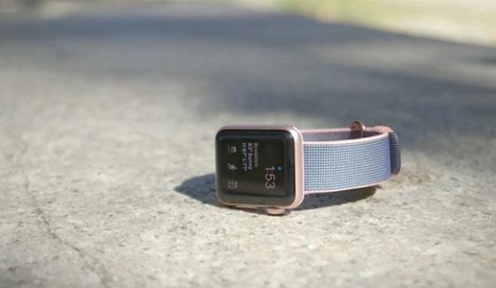 Інформацію на дисплеї Apple Watch Series 2 чітко видно під прямим сонячним світлом