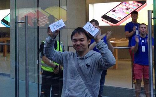 Стал известен первый в мире покупатель iPhone 5S