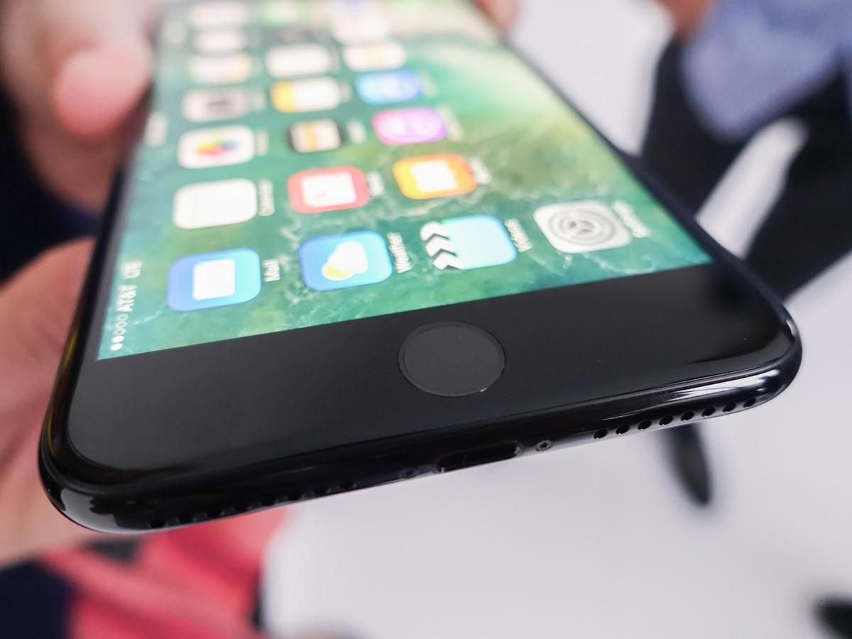 iPhone 7. Вид знизу.