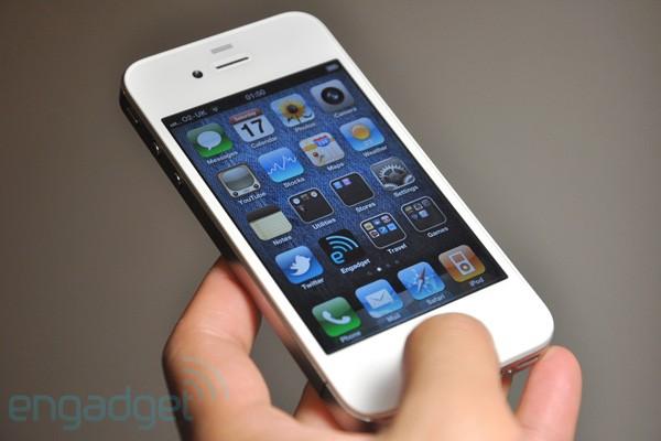 Белый iPhone 4 появится в продаже с 30 июля